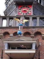 Speeltoren (Monnickendam) -Met zijn ruim dertig meter telt hij zeven verdiepingen. Het carillon is het oudste wat met de hand te bespelen is op en diatonisch stokkenklavier.Het carillon telt 15 klokken, die grotendeels door de Mechelse klokkengieter Peeter van den Ghein II werden gegoten in 1595- 96-97.Er wordt elk uur een ruiterspel in werking gezet. De engel blaast op een bazuin.