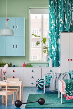 Ett delat barnrum bör ha särskilt utrymme för både lek och egentid, och vi kan lova att syskon också uppskattar egna och personliga möbler. SLÄKT sängstomme finns i en mängd olika färger och är utdragbar så att den kan växa i takt med barnet i flera år. LÄTT Barnbord med 2 stolar, vit/furu, SLÄKT Utdragbar sängstomme med ribbotten, vit, UGGLEMOTT Metervara, vit/turkos. Barnet, Kids Rugs, Room, Home Decor, Bedroom, Decoration Home, Kid Friendly Rugs, Room Decor, Rooms