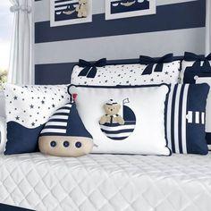 Com as Almofadas Urso Marinheiro Azul, o quarto de bebê fica cheio de personalidade e meio estilo, tudo isso graças às listras e barquinhos que formam uma linda decoração náutica para o quarto de bebê azul marinho!