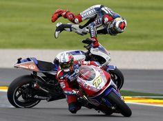 Campeão por antecipação da temporada, Jorge Lorenzo se envolveu em um acidente na última etapa da temporada da Moto GP, disputada no domingo  em Valência  Foto: Reuters