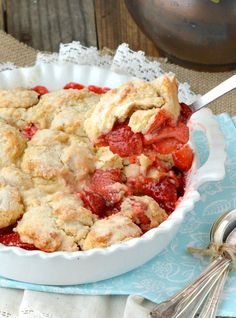Strawberry Cobbler~A delicious cobbler made with fresh strawberries crowned with a cakey topping that has a lovely hint of lemon flavor. Easy and quick to put together. This yummy fresh Strawberry Cobbler is pure comfort Strawberry Cobbler, Strawberry Pretzel Salad, Fruit Cobbler, Strawberry Desserts, Köstliche Desserts, Delicious Desserts, Dessert Recipes, Cobbler Recipe, Best Fruits