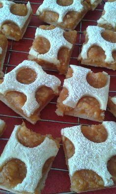 Pöttyös almás pite Gingerbread Cookies, Desserts, Food, Gingerbread Cupcakes, Ginger Cookies, Meal, Deserts, Essen, Hoods