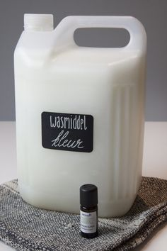 Make your own detergent up to 18 times cheaper! Recipe for delicious softener - handig om te weten - Soap Diy Home Cleaning, Homemade Cleaning Products, Green Cleaning, Natural Cleaning Products, Cleaning Hacks, Make Your Own, Make It Yourself, How To Make, Diy Shampoo