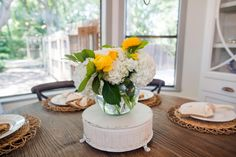 Learn how to make beautiful flower arrangements and centerpieces, plus get mantel decorating ideas from Fixer Upper and Joanna Gaines. Picture Wedding Centerpieces, Flower Centerpieces, Fixer Upper Tv Show, Casual Dining Rooms, Fireplace Mirror, Magnolia Homes, Magnolia Farms, Magnolia Market, Chip And Joanna Gaines