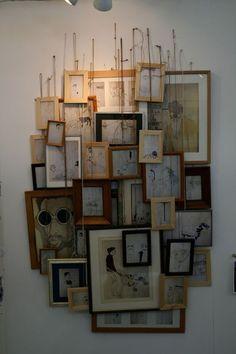 Hängen Sie verschiedene Rahmen zufällig an der Wand .. es ist eine großartige Möglichkeit, um eine leere langweilige Wand zu füllen.