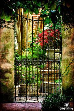 Savannah Courtyard Georgia [per previous pinner] Historic Savannah, Savannah Georgia, Savannah Chat, Savannah Gardens, Iron Garden Gates, Photo D Art, Garden Spaces, Balcony Garden, Tybee Island