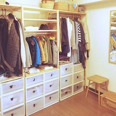 Montessori room: 100 incredible and clever projects - Home Fashion Trend Muji Home, Muji Style, Open Wardrobe, Comfortable Pillows, Shared Rooms, Closet Bedroom, Closet Organization, Shelves, Storage