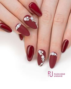 #Geluv F77 #King con mezze #perle, e Microsfere #argento. Cristalli #Swarovski SS3 - SS7 Aurore Boreale, SS7 Opal e SS12 Crystal. Sigillante #Mat per l'effetto #opaco. Sigillante #UltraGloss per l'effetto #lucido. Struttura realizzata con il costruttore #PinkyBuilder. #nail #nails #geluv #gelnails #gelcolor #magicnails #cristalli #auroreboreale #rosso #rednails #uñasdecoradas #uñas #nailsaddict #uñasengel #passioneunghieofficial Per vedere la realizzazione di questa nailart visita la…