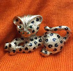 C'est un adorable trio de broches félines que Sarah Miller et Esprit Joaillerie souhaitent vous faire partager. Un «Lion» en or jaune, saphir, diamants et émail atten… ESPRIT JOAILLERIE