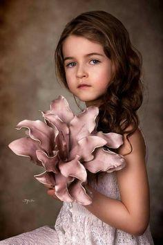 Children Photography Poses, Art Photography Portrait, Portrait Poses, Little Girl Photos, Jolie Photo, Creative Portraits, Photo Art, Beautiful, Kid Pictures