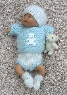KNITTED OUTFIT FOR A 4.5 INCH OOAK SCULPT BABY BOY