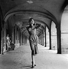 La superbe Bettina Graziani, habillée par Jacques Fath, sous les arcades de la toute aussi superbe place des Vosges, en 1950..