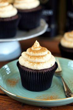 Egy őrülten finom Guiness muffin került fel ma az étlapunkra, és nektek is tiszta szívvel tudjuk ajánlani, hogy próbáljátok ki. Azt gondolhatnátok, hogy muffin receptet tök uncsi manapság publikálni, mert annyi van belőle, hogy már a fületeken jön ki, de ebben a műfajban is lehet még újat mutatni!