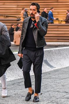 Cool 39 Fascinating Paris Street Style Ideas For Man That Can Look More Handsome Modern Mens Fashion, All Black Fashion, All Black Outfit, Best Street Style, Street Style Women, Masculine Style, Gentleman Style, Dapper Gentleman, Look Chic