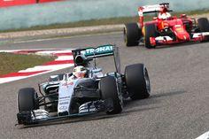 Mercedes, un ojo en la pista y otro en Ferrari