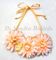 Collar babero flores tela rígida en naranja palo flúor, mariposa bañada en oro de 1micra. Trasera collar en piel.52€