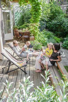 I am grateful for the outdoors - Garten & Gemüseanbau mit Kindern - Garden Deck Rooftop Garden, Balcony Garden, Outdoor Plants, Outdoor Gardens, Small Garden Bench, Garden Benches, Small Patio, Casa Patio, Wooden Terrace