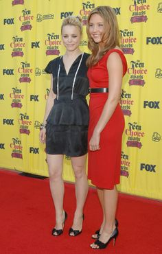 Pin for Later: 24 Incredible Things That Happened at the 2005 Teen Choice Awards Rachel McAdams Posed For Pictures With Amanda Bynes