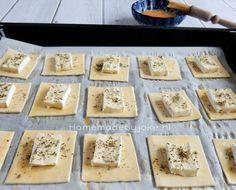 Bladerdeeg borrelhapjes met brie, een heerlijk en gemakkelijk borrelhapje om te maken en je hebt in een handomdraai een schaal vol op tafel staan.