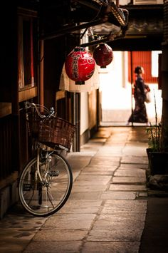Bicycle in an Alleyway in Kyoto, Japan- by Cris Figueired♥ Japanese Culture, Japanese Art, Japanese Gardens, Mont Fuji, All About Japan, Japanese Landscape, Turning Japanese, Alleyway, Visit Japan
