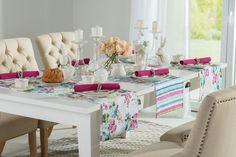 Die Hasen sind los und schmücken unseren Frühstückstisch. Frühlingshafte Tischläufer und Stoffservietten sorgen für Farbtupfer.#ostern #osterdekoration #zuhause