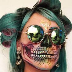 mujer con cabello verde y maquillaje verde de esqueleto