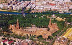 Sky View of Plaza de España, en el Parque María Luisa de la ciudad de Sevilla ...