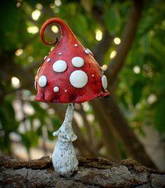 Mama rot weiß Amanita Fantasie Pilz für Märchen-Gärten, Pot-Dekor, aussen oder innen Einwohner. Elfen, Zwerge, Feen und Trolle sind His\hers Soulmates. Hergestellt aus fimo und Hand bemalt mit Acrylfarben, mit drei Schichten Lack versiegelt. Eingebettet mit Aluminiumdraht, im Blumentopf oder um ein wenig Magie woanders zu platzieren. Indoor- und outdoor-Einsatz, sollte im Inneren für den Winter getroffen werden. Der Glanz nicht wie gefrorene Temperaturen.    Es ist etwa 12 cm hoch und 6 cm…