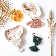 Macrame Wall Hanging Diy, Macrame Plant Hangers, Macrame Art, Macrame Projects, Diy Macrame Earrings, Macrame Jewelry, Fabric Jewelry, Art Macramé, Doilies Crafts