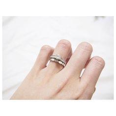 . お気に入りすぎて。もう一枚。その2 大切な#Engagementring と重ね付けて。  うん、やっぱりこの重ね付け、可愛い。 #遠距離 で辛い時(意外とそんなにないんだけどねっ)、これを見ると、なんでも頑張れそうです。  #Engagementring#Cartier#Marriagering#CHANEL#エンゲージリング#カルティエ#マリッジリング#シャネル#プルミエールプロメス