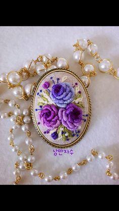 Bullion Embroidery, Hand Embroidery Videos, Embroidery Jewelry, Silk Ribbon Embroidery, Embroidery Hoop Art, Hand Embroidery Patterns, Floral Embroidery, Cross Stitch Embroidery, Bordados E Cia
