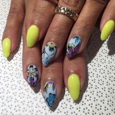 Summer floral vibes for @ohhh_lala #handpainted by @mee_yagi #Kanae #gelnail #nailart #VanityProjects