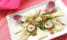 Ensalada de pollo marinado sobre endibias http://www.hogarutil.com/cocina/recetas/ensaladas-verduras/201005/ensalada-pollo-queso-3901.html