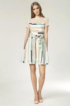 Petite robe imprimée pastel, manches courtes, avec empiècement en tulle.