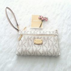 """NWT Michael Kors Jet Set Wristlet  Brand new, never used Michael Kors Jet Set Large Wristlet in Vanilla!  Measurements: 8"""" x 5"""" x 1""""  Details: - Gold toned hardware - front exterior has large zipper compartment - interior has 1 large slip pocket + 4 card slots - one side of strap is removable to wear as wristlet or clutch Michael Kors Bags Clutches & Wristlets"""