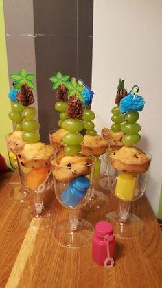 Traktatie. Glaasje bellenblaas cakeje druiven Healthy Treats, Om, Favors, School, Cake, Desserts, Kids, Tailgate Desserts, Young Children