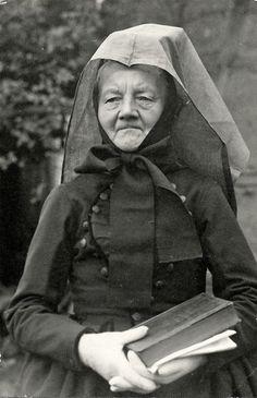 Ältere Frau in Kirchgängerinnentracht aus Schrecksbach, späte 1930er Jahre