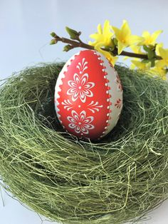 This is a small chicken egg Pysanka in red and white decorated with wax. To the… - Easter Eggs Day Happy Easter Wishes, Egg Shell Art, Easter Egg Designs, Cute Easter Bunny, Paper Mache Crafts, Ukrainian Easter Eggs, Egg Art, Chicken Eggs, Egg Decorating