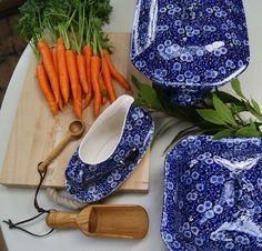 Suppenterrine, Sauciere und Gemüseteller mit Deckel von Blue Calico. www.kippax.de/Geschirr/Burleigh-Geschirr/