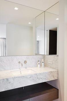 Project K - Chrisma Modern Marble Bathroom, Modern Bathroom Design, Bathroom Interior Design, Toilet Tiles, Bathroom Layout, Beautiful Bathrooms, House Rooms, House Design, Montevideo