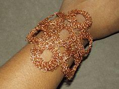 bracelete em crochê de fios de metal, cobre esmaltado em ouro