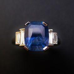 """à vendre : 10500€ Bague Platine Saphir Ceylan 5.01 Cts Naturel non Chauffé et Diamants. Bague en Platine sertie en son centre sur 4 griffes d'un Saphir naturel Ceylan de 5.01 cts , taille """"Coussin allongé """" ;  livré Certificat du laboratoire de gemmologie Carat Gem Lab attestant que la pierre est non chauffée et non traitée + 4 diamants taille""""baguette"""" en dégradé .  poids : 0.8 ct , qualité G/VS  Taille de doigt 52.5  Poids : 8.40 grammes  Vendue avec facture et Mise à taille offerte"""