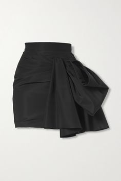 Carolina Herrera's Pre-Fall '20 collection is inspired by Lisa Douglas' glamorous wardrobe in the '60s sitcom Green Acres . Part of the lineup, this mini skirt is cut from silk-faille and elegantly draped at the front to form a voluminous bow. Wear it to your next party with a tucked-in blouse and heels. -- Black silk-faille - Concealed hook and zip fastening at side - 100% silk Carolina Herrera, Black Silk Robe, Robes Glamour, All Black Outfit, Black Outfits, Kpop Fashion Outfits, Fashion Advice, Get Dressed, Skirt Fashion