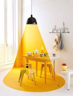 Leuk #verfidee! Verf een deel van je wand, tafel en vloer #geel. Dan krijg je dit speciale effect. (Bron: Missitipi)