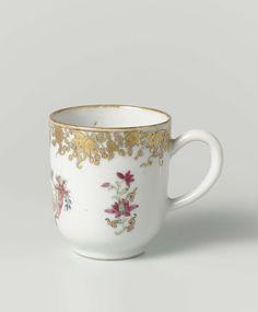 Anonymous | Oorkop uit het 'Swellengrebel theeservies', Anonymous, c. 1740 | Rechte kop op een voetring, en met een C-vormig oor. De lip is bruin geglazuurd. Tegenover het oor is een dubbel spiegelmonogram geschilderd met terweerszijden een bloeiende lotusrank; langs de bovenrand een band met bloemranken in goud.