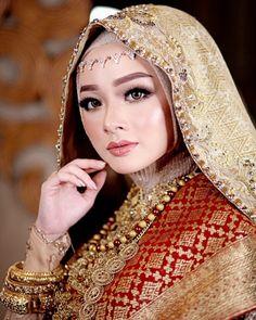 wedding makeup hijab Image may contain: one or more people and closeup Muslim Wedding Dresses, Wedding Gowns, Wedding Make Up, Dream Wedding, Minangkabau, Akad Nikah, Hijab Bride, Glamorous Wedding, Wedding Beauty