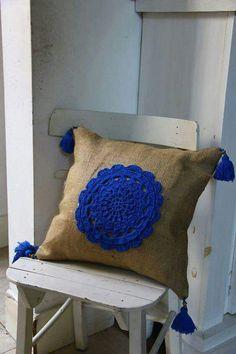 Almohadón de lino con aplique crochet Diy Crochet And Knitting, Crochet Videos, Crochet Home, Easy Crochet, Crochet Cushion Cover, Crochet Cushions, Crochet Pillow, Yarn Crafts, Fabric Crafts