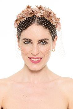 Otra coronita con velo. De renta en lamasmona.com Fascinator Headband, Fascinators, Bridal Headpieces, Bridal Hat, Wedding Headband, Bride Hair Accessories, Head Accessories, Bride Tiara, Wedding Headdress
