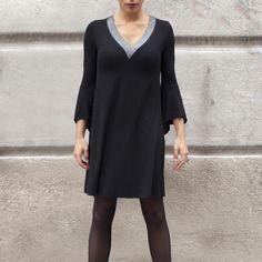 Vestido mujer DUNEDINE REF 3942 vestido corto de noche con aires muy urbanos con el que te sentirás muy cómoda y guapa a la vez que elegante. Tiene un corte favorecedor que estiliza la figura. #modajoven  #vestidodefiesta