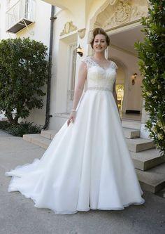 La sposa curvy abito Symphony of Venus disponibile presso www.momentisposi.it #plussize #sposacurvy #taglieforte